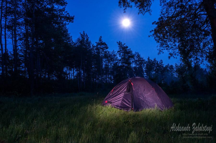 Профессиональный фотограф в Днепре и Киеве, ночной пейзаж, световая кисть, палатка под луной в лесу