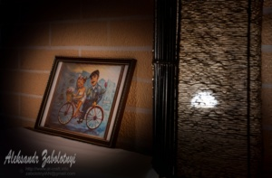 Профессиональный фотограф в Днепре и Киеве, интерьер ресторана, картина и светильник