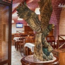 интерьер ресторана, орел из дерева