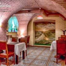 интерьер ресторана, зал с картиной