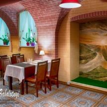интерьер ресторана, зал с картиной и светильники